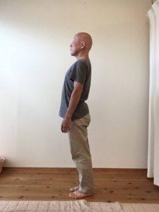 腰が前に出て前重心で立ってしまいます。